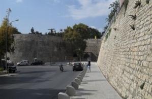 η γυναίκα που έπεσε από τα τείχη